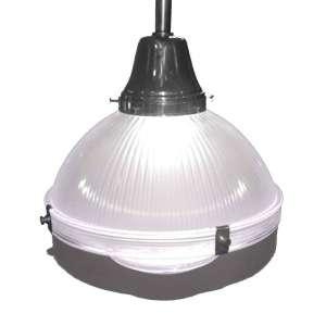 HOLOPHANE <br />Art Deco Pendant Lights <br />Made in England 1909 <br />Medidas: 35 x 33 x 33cm.; medidas com cabo de extensão: 90 cm. de altura.<br /><br />Holophane é uma divisão da Acuity Brands, uma fabricante de produtos relacionados à iluminação fundada em 1898 em Londres, Inglaterra.<br /><br />As luminárias Holophane são os primeiros refletores de vidro de borossilicato. Os prismas de vidro fornecem uma combinação de luz ascendente e descendente para iluminar qualquer ambiente de maneira uniforme, sem criar manchas escuras ou reflexos.<br /><br />Hoje as peças inglesas das primeiras décadas do Século XX, são disputadíssimas nas grandes casas de leiloes e antiquários da Inglaterra, E.U.A e França, sempre ultrapassando a marca de US$ 3.000 a unidade.<br />