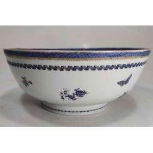 Companhia das índias - final da época Quien Long<br />Bowl em porcelana, decoração de peônias e borboletas em azul cobalto e ouro.<br />Medidas: 11 x 26 x 26 cm.<br /><br />O Imperador Qianlong 乾隆 reinou de 1736 a 1795<br />O Imperador Qianlong viveu 87 anos, o que o tornou o imperador que viveu mais tempo na China. Elereinou por 61 anos, tornando-se o segundo imperador com reinado mais longo.<br />