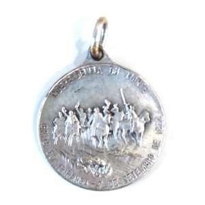 """CENTENÁRIO DA INDEPENDÊNCIA DO BRASIL<br /><br />Medalha de prata <br />Condecoração na Exposição Internacional em Comemoração do Centenário do Brasil de 1822/1922<br />Grito do Ipiranga - Independência<br /><br />Confeccionada para o Busto das Fardas Militares<br />Dimensões:<br />30 mm. de diâmetro<br />Peso: 13,200 g.<br />Intacta como foi condecorada na Época, será enviada em caixa de veludo.<br />Retratando:<br />Bustos dos Ilustríssimos: Dom Pedro I e Presidente Epitácio Pessoa.<br />Ao verso, Imagem ricamente detalhada do grito do Rio Ipiranga: Independência ou Morte<br /><br />A Exposição Internacional comemorativa do Centenário da Independência do Brasil (1822-1922) foi inaugurada no dia 7 de setembro de 1922 e se prolongou até o dia 24 de julho do ano seguinte. <br /><br />A realização de uma """"Exposição Universal"""" no Rio de Janeiro, então capital federal, destacou-se como a mais ambiciosa das atividades comemorativas então programadas. Desde a primeira exposição internacional em Londres (1851), cujo símbolo foi o Palácio de Cristal, as chamadas """"vitrines do progresso"""" sempre apresentaram alguns aspectos em comum, entre os quais se destacavam, entre outros, as motivações comerciais, o afluxo de divisas e turistas, o impacto sobre a infraestrutura urbana, e a difusão de valores e de padrões de conduta. O mais importante, e ainda hoje é assim, era a afirmação do prestígio nacional, representado pelos pavilhões de cada país que constituíam a ossatura das exposições.<br /><br />A Exposição foi criada pelo Decreto nº 4.175, de 11 de novembro de 1920, foi enfim determinada a realização da exposição dentro do programa de comemorações do Centenário. A regulamentação oficial das atividades comemorativas só ocorreu quase um ano depois, com o Decreto nº 15.066, de 24 de outubro de 1921, que previa, além da exposição, a realização de numerosas conferências e a publicação de dicionários, mapas e livros comemorativos."""