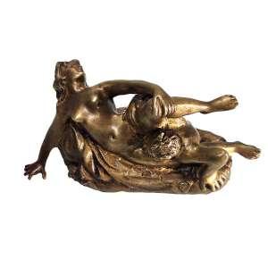 MUSEU EROTIK BEATE UHSE DE BERLIM - ALEMANHA<br /><br />Geo Bissell - George Edwin Bissell<br />Escultura em bronze figurando Sátiro e Ninfa em cena erótica. Medidas: 11 x 22 x 9 cm.<br /><br />Obra concebida no ano de 1898. <br />Catalogada no Museu Erotik Beate Uhse de Berlim - Alemanha<br /><br />Bissell nasceu em New Preston, Connecticut, filho de um pedreiro e cortador de mármore. Durante a Guerra Civil Americana, ele serviu como soldado raso nos 23º Voluntários de Connecticut no Departamento do Golfo (1862-1863) e, ao ser recrutado, tornou-se tesoureiro assistente interino no Esquadrão do Atlântico Sul. No final da guerra, ingressou no negócio de mármore de seu pai em Nova York.<br /><br />Estudou a arte da escultura no exterior entre 1875-1876 e viveu em Paris durante os anos de 1883-1896, com visitas ocasionais à América.<br />Bissell também criou obras memoráveis:<br /><br />Busto do presidente Abraham Lincoln, bem como uma estátua maior do presidente.<br />Frederic de Peyster , New York Historical Society , New York City , ca. 1875.<br />Monumento de Chatfield, cemitério de Riverside, Waterbury, Connecticut , ca. 1880.<br />General Horatio Gates , Saratoga Battle Monument , Saratoga, New York , 1885-1886. [3]<br />Sam Sloan , Lackawanna Ferry Terminal , Hoboken, New Jersey , 1889.<br />Estátua de John Watts , representando o político de Nova York com o mesmo nome , Trinity Church Cemetery , 1890.<br />Painel de baixo-relevo de Robert Burns e Highland Mary , em pedestal de George Anderson Lawson 's Estátua de Robert Burns , Ayr, Scotland de 1891.<br />Coronel Abraham de Peyster , Sociedade Histórica de Nova York , 1896. Esta estátua ficava no Bowling Green Park de 1896 a 1972 e na Hanover Square de 1976 a 2004.<br />Estátua de Chester A. Arthur , Madison Square, Nova York , 1898-1899.<br />Abraham Lincoln , Lightner Museum , St. Augustine, Flórida , 1899.<br />Chanceler James Kent , Biblioteca do Congresso , Washington, DC , ca. 1899.<br /><br />Monumentos 
