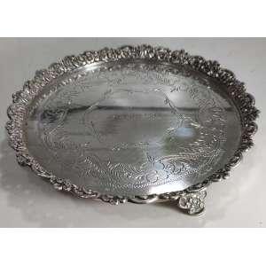 Salva em prata de lei brasileira, marcada: A.L.B., com inscrição na reserva: 1-5-949. Peso: 384 g. Medidas: 3 x 21 x 21 cm.