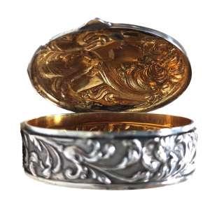 Caixa porta pílulas Arte Nouveau em prata com banho de ouro Vermeil no interior.<br />Decorada com figura de dama e águia, representando Hebe e Zeus. <br />Marca: Sterling Silver<br />Peso: 50 g.<br />Medidas: 2,5 x 6 x 5 cm.<br />