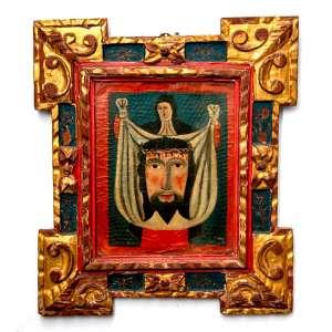 VERO ÍCONE- O SUDÁRIO DE VERÔNICA, também conhecido como A Sagrada Face. <br />PINTURA ESPANHOLA SOBRE COURO, SÉCULO XVIII.<br />Medidas: 33 x 26 cm /56 x 48 cm. <br />Óleo sobre couro, montado em madeira de Pinho de Riga.<br />Moldura original em madeira de Pinho de Riga, entalhada, dourada e policromada. Cravos em ferro fundido. Já sofreu ataque de insetos xilófagos. Consta de vidro frontal para proteção.<br />Sem assinatura, consta no verso a inscrição: Manuel Garcia Sandalio. <br /><br />