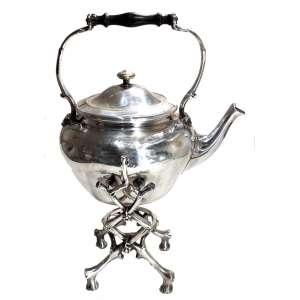 Samovar ou Tea kettle em metal prateado de procedência francesa, da manufatura CHRISTOFFLE, SÉCULO XIX. Marcado e numerado: 417195. Pega em madeira de jacarandá torneada, pés no formato de galhos de parreira. Medidas: 47 x 33 x 27 cm.<br />MARCAS: https://www.925-1000.com/a_christofle.html