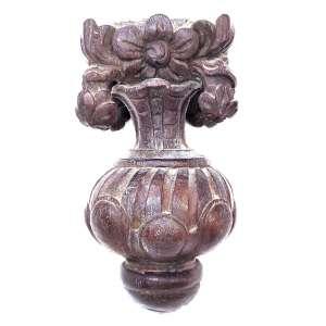 Peanha secular, entalhada em madeira. <br />Elaborada à maneira de um vaso bolboide, com bojo. <br />Medidas: 29 x 15 x 14 cm.