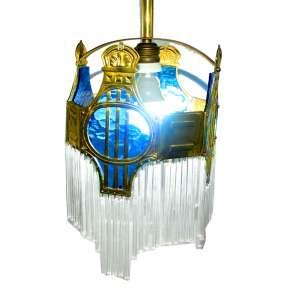 Lustre Art Nouveau francês (1890-1910) em metal dourado, galeria vazada com vidro azul. Adornado com canutilhos. Medidas: 31 x 21 x 21 cm. Altura com haste: 112 cm.