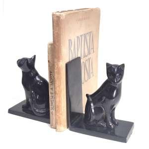 Par de serre-livres ART DECO, cerca de 1950.<br />Figurando par de gatos pretos em diferentes posições. <br />Metal com pintura,peso e estabilidade. Marcas não constam. <br />Medidas: 17x15x8 cm.<br />Vendidos no 1stDIBS por U$ 1.175 = vide foto.