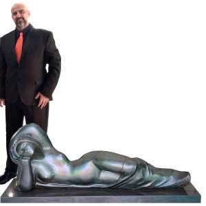 ESCOLA NACIONAL DE BELAS ARTES - MEDALHA DE OURO<br /><br />Alfredo CESCHIATTI<br /><br />Escultura em bronze<br />Assinada, com selo da Fundição original de CESCHIATTI: Fundição Zani<br />MEDIDAS: 61 x 167 x 40 cm.<br />BASE EM GRANITO: 9 x 175 x 46 cm.<br />PESO APROXIMADO: 150K<br /><br />DO AUTOR:<br />Estudou na Escola Nacional de Belas Artes.<br />Premiado no Salão Nacional de Belas Artes, em 1945.<br />Conheceu Oscar Niemeyer, que lhe encomendou uma escultura para o Conjunto Arquitetônico da Pampulha, em Belo Horizonte. CESCHIATTI criou O Abraço, obra de duas mulheres abraçadas. Considerada imoral pelos mineiros, ficou guardada muitos anos até ser finalmente exposta em um jardim da Pampulha.<br /><br />Em 1960 esculpiu, em granito, As três forças armadas, um dos temas no Monumento aos Mortos da Segunda Guerra Mundial, no Rio de Janeiro.<br /><br />Tornou-se o principal escultor da nova capital do País em Brasília, com as obras:<br />As Iaras, em bronze, no espelho d'água do Palácio da Alvorada;<br />Leda e o Cisne, em bronze, no pátio interno do Palácio do Jaburu;<br />A Justiça, em granito, em frente ao prédio do Supremo Tribunal Federal;<br />Os Anjos e Os Evangelistas, na Catedral Metropolitana de Brasília;<br />As gêmeas, em bronze, na cobertura do Palácio Itamaraty;<br />Anjo, em bronze dourado na Câmara dos Deputados do Brasil;<br />A Contorcionista, no foyer da Sala Villa-Lobos do Teatro Nacional Cláudio Santoro;<br />Deusa Athena, no saguão da Biblioteca Central da Universidade de Brasília;<br />Nossa Senhora da Piedade sustentando o Cristo morto, na área fronteira à Basílica da Padroeira de Minas Gerais, em Caeté.<br />Na nova Capital Federal, fez parte da Comissão Nacional de Belas Artes.<br />Foi professor de escultura e desenho na Universidade de Brasília.<br /><br />Do fundidor:<br />Fundada nos anos 20 a Fundição Zani, situava-se no Santo Cristo, Rio de Janeiro. O proprietario, Amadeu Zani, é o autor de famosos monumentos como: 'Glória Imortal a