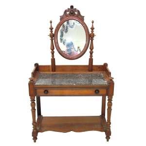 Antigo lavabo estilo inglês TUDOR, em madeira torneada. Tampo de mármore e espelho basculante, encimado por talha em brasão para gravação. Medidas: 154 x 90 x 47 cm.