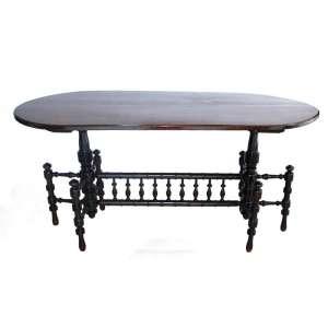 Antiga mesa de apresentação ESTILO INGLÊS VITORIANO em madeira entalhada. Tampo ovalado, apoiado sobre duas colunas torneadas de onde partem três colunas com bilros. Medidas: 80x165x82cm.