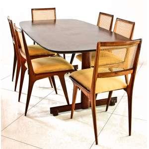 Mesa em jacarandá anos 1960, tampo em bordas arredondadas. Seis cadeiras em Caviúna e palhinha original. Mesa: 73x177x95 cm. Cadeiras:67x45x50 cm.<br />Consta etiqueta cortada quando do segundo estofamento dos assentos, onde lê-se: Rua Joaquim Floriano, 856- São Paulo- Patente de fabrico:120.466. e preço em Cruzeiros. <br />REFERÊNCIA: https://www.fandfvintage.com/listing/794349854/carlo-hauner-martin-eisler-chairs
