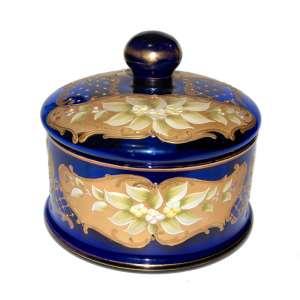 Grande bomboniére em cristal veneziano, flamejado em azul ultramar, ouro líquido, modelagem floral e pintura em esmaltagem manual. Década de 1940. Medidas: 16x19x19 cm.