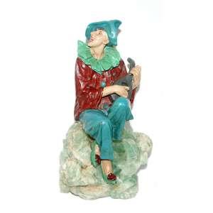 GÉRARD- antiga escultura em pewter patinado, figurando Pierrot cantante com bandolim, fixado sobre pedra de Jade. Medidas: 36x20x18 cm. Peso: 6,720 kg.