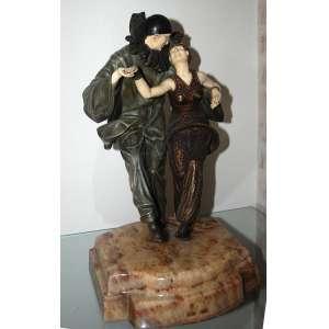 CHIPARUS- (Demetre H. Chiparus, 1886-1947)<br />FANCY DRESS- <br />Grupo escultórico de bronze e marfim sobre base de mármore.<br />Altura: 49 cm.<br />Peso:25k<br />Escultura de bronze e marfim sobre base de mármore. Assinado no mármore. <br />Reproduzida em Art Deco and Other Figures, de Bryan Catley à página 79 <br />Reproduzida em página inteira em Master of Art Deco, de Alberto Shayo, à página 91