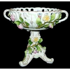 VON SCHIERHOLZ - PORCELAIN MANUFACTORY PLAUE (1907)<br />Fruteira com modelagem floral e pintura manual. Medidas: 16 x 19 x 19 cm.<br />Marca reproduzida no Dicionário Robert Rontgen, página 88.<br />http://antique-china-porcelain-collectibles.com/schierholz-marks-china-porcelain-markings.htm
