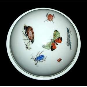 FURSTENBERG PORZELLANMANUFAKTUR, Germany since 1747 - Manteigueira com pintura manual figurando insetos. Medidas: 8 x 13 x 13 cm.<br />MARCAS: http://www.theoldstuff.com/index.php/en/porcelain-marks/category/57-furstenberg-marks