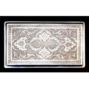 Antiga caixa para cigarros PERSA GHALAM-ZANI, em prata contrastada, Iran século XIX. Banho de ouro na parte interna, no estado. Medidas: 13 x 8 cm. Peso: 166 g.<br />GHALAM-ZANI é a arte da gravura e estampagem elaborada de desenhos, padrões e formas em metais como cobre, prata, ouro e bronze. Usado para fazer bandejas decorativas, placas, vasos, jarros, etc.<br />Esta magnífica arte tem uma longa história que remonta a milhares de anos atrás. Os centros mais reconhecidos de produção estão atualmente nas cidades de Isfahan, Shiraz, Teerã, Tabass e Kermanshah.<br />FONTES: http://925-1000.com/forum/viewtopic.php?t=12019<br />http://www.925-1000.com/foreign_marks2.html<br />http://www.925-1000.com/forum/viewtopic.php?t=38600<br />http://www.karaffensammler.at/gallery/main.php?g2_itemId=18513