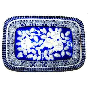 Bandeja em cristal da Bohemia, República Tcheca,doublé em azul. Magistral lapidação manual floral. Década de 1940.Medidas: 32 x 21 cm.