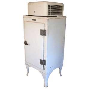 Antiga geladeira americana GENERAL ELETRIC- MONITOR TOP (1920-30). Motor externo, acima. Em bom estado e gelando. Medidas: 150x61x54 cm.<br />https://mundoconectado.net/novidades-da-tecnologia/veja-evolucao-da-geladeira-ao-longo-tempo/