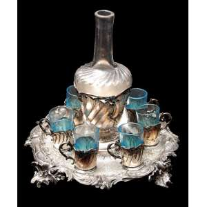 GALLIA- CHRISTOFFLE - ART NOVEAU (1890-1910).Belíssimo serviço de licoreira e seis cálices azuis. Montureiros em pewter com banho de prata, marcado. No estado: Falta a tampa da licoreira. Medidas:<br />http://www.925-1000.com/a_christofle.html