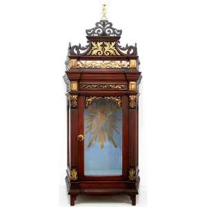 Antigo oratório erudito, estilo Neoclássico. Brasil, século XIX. Madeira nobre maciça, recortada, entalhada e dourada. Medidas: 46 x 30 x 19,5 cm.