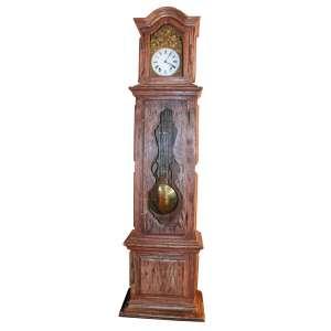 Relógio de coluna e pêndulo Contoise, frança século XIX. Frontão em bronze dourado, lavrado em relevo, com cena de colheita. Mostrador esmaltado. Chave de corda. 2,40x69x43 m.