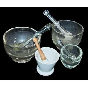 Lote com (4) Almofarizes. Vidro e porcelana. <br />Um deles tem um estalado na cuba.<br />Maior:18x10 cm. Menor:10x10 cm.