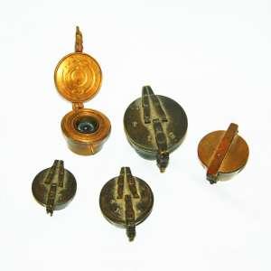 Lote com (5) custódias ou cadinho quinteiro. <br />Fundido em bronze, para medir ouro em pó. Minas Gerais, séculos XVIII/XIX.