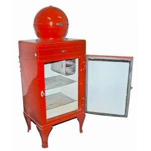 CG GLOBE TOP (1935-1936) - Geladeira General Eletric - Bola .<br />160x62x62 cm<br /><br />MONITOR TOP: http://members.iinet.net.au/~cool386/ge/ge1.html<br /><br />(...)Esta geladeira elétrica antiga, a G.E. O Monitor Top foi fabricado nos EUA pela General Electric entre 1927 e 1936. Embora pequenos refrigeradores domésticos estivessem disponíveis no início dos anos 1900, incluindo o Kelvinator em 1918, eles eram muito caros, vendidos por mais de um carro da família. O G.E. O Monitor Top foi o primeiro refrigerador doméstico acessível a ser produzido.<br />A característica de identificação deste refrigerador é a vedação hermética. <br />FONTE: https://collection.maas.museum/object/210813