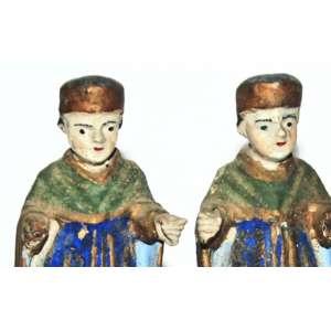Cosme e Damião- Antiga Imagem de fatura popular. Madeira talhada, carnada e policromada. Minas Gerais, século XIX.<br /> 15x13x6 cm.