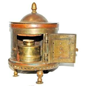 Rara Salamandra (aquecedor e fogareiro) em bronze maciço. Trempe em ferro fundido. Origem grega, século XIX. Medidas: 28x18x18 cm.<br />Peso: 4.1 kg.