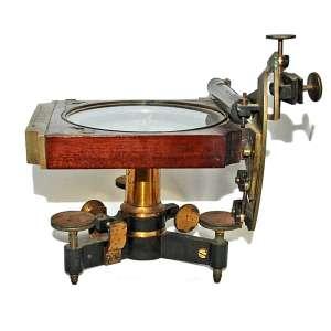 RARA BÚSSOLA.<br />MARCA: Kruines-Rambaud- Quai del horloge, 24 Paris. <br />INSCRIÇÃO: Brasil- Ministério do Império- Comissão Scientifica d'exploração número 3. <br />34X15X15 cm.<br />(...)A família Kruines de Paris produziu microscópios conceituados e outros aparelhos científicos, de engenharia e ópticos. O paI Mathias estabeleceu o negócio em 1800 no Quai de l'Horloge, Paris.<br />FONTE: http://microscopist.net/Kruines.html