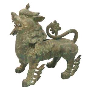 Escultura em bronze patinado representando Cão de Fó, protetor de Budha, em atitude ameaçadora, de pé com dentes à mostra. Provavelmente Birmânia ou Tailândia. Séc. XVIII-XIX. Medidas: 28 x 23 cm.