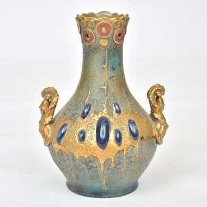 Vaso Art Nouveau em cerâmica europeia provavelmente austríaca, na cor verde com relevos cabochons de cerâmica azul vitrificada, ricamente decorado com dourado, altura 15 cm. Em perfeito estado. Contém etiqueta na lateral inferior com a descrição Impéri(al) Amphora.