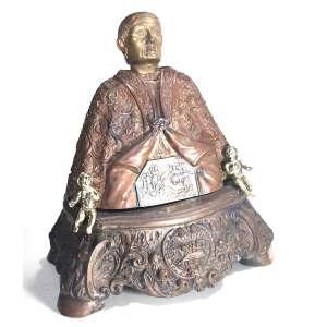 """SAN GENARO- BUSTO RELICÁRIO DO SANTO BISPO DE NÁPOLES<br />ITÁLIA SÉCULO XVIII.<br />ESCULTURA EM COBRE, Cabeça e Anjos em bronze maciço.<br />MEDIDAS: 36 x 29 x 23 cm. Base ladeada por dois anjos<br />RESERVA FRONTAL: Cena da decapitação em frente ao Imperador Diocleciano em 305 d.C.<br />CAPA:presa por arremate com pedraria,VERSO: """"O olho que tudo vê"""", no triângulo, representação da GNOSE, criação do mundo por DEUS.<br /><br />A ORIGEM DO BUSTO RELICÁRIO : O Rei Carlos II, contratou três ourives franceses para fazer um busto - relicário que guardasse a cabeça e sangue do Santo.<br />Concluído em 1305, foi exposto para veneração pública. Carlos II, Filho do conquistador de Nápoles em 1.266, Carlos I, estabeleceu um governo que duraria quase 200 anos. <br />O presente deu início à tendência: Papas, imperadores, reis, chefes de Estado, aristocratas e pessoas comuns doariam oferendas votivas ao santo.<br />""""O TESOURO DE SAN GENARO"""" consta atualmente de 21.000 objetos, uma coleção tão valiosa que eclipsa até mesmo as jóias da coroa do Reino Unido.<br /><br />O MILAGRE:17 de agosto de 1389, a primeira ocorrência registrada do sangue ressequido de 1.000 anos que se liquefez milagrosamente quando foi erguido durante uma procissão. A população pedia ao Santo que ajudasse a acabar com a fome que estava devastando a cidade.""""O MILAGRE DE SAN GENARO"""", como ficou conhecida a LIQUEFAÇÃO , tornou-se um ritual regular.Até hoje, três vezes por ano, o arcebispo de Nápoles celebra uma missa durante a qual as ampolas são expostas com seu conteúdo seco e pulverulento e, em seguida, exibidas novamente quando o conteúdo se torna líquido."""