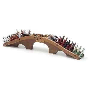 NELSON LEIRNER - Desfile. Escultura em madeira, gesso, porcelana, plástico, metal e pelúcia. Assinada, datada 83/99 e titulada. 21 x 94 x 15 cm. R$ 40.000 / 60.000
