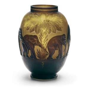 ÉMILLE GALLÈ - Elefantes. Vaso em vidro Art Nouveau moldado e soprado com 3 cameos nos tons Amarelo, verde e marrom. Assinado. 38 cm (altura). R$ 350.000 / 450.000