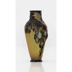 ÉMILLE GALLÈ - Ameixas . Vaso em vidro Art Nouveau moldado e soprado em alto relevo em fundo amarelo opalescente e cameos em tons de roxo azulado. Assinado. 40 cm (altura). R$ 140.000 / 160.000