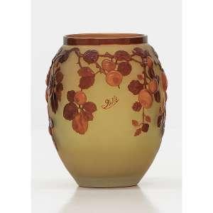 ÉMILLE GALLÈ - Ameixas (quetsche) . Vaso em vidro Art Nouveau moldado e soprado em alto relevo em fundo amarelo opalescente e cameos em tons de castanho, âmbar e marrom Assinado. 29 cm (altura). R$ 100.000 / 140.000