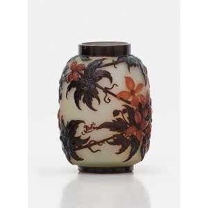 ÉMILLE GALLÈ - Clematites . Vaso em vidro Art Nouveau moldado e soprado em alto relevo em fundo gelo e cameos em tons castanhos, âmbar e laranja. Assinado. 24 cm (altura). R$ 100.000 / 140.000
