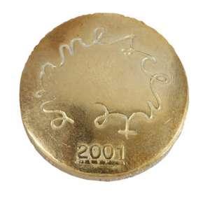 JOSÉ RESENDE<br>Múltiplo<br>Moeda em bronze polido<br>2,5 cm<br>Ass<br>2001