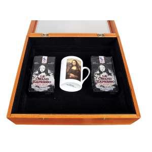 NELSON LEIRNER - Série Mona Lisa. Caixa com embalagem de café Moulu Pur Arabica e xícara. Ass.dat. 1999+4 e com dedicatória no verso. 32 x 36 x 12 cm.