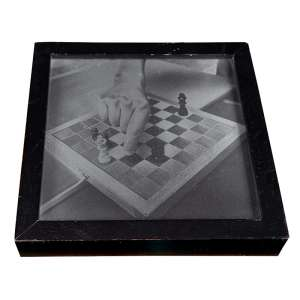 SANDRA CINTO - A mão do artista - 112/120 vidro e madeira. Ass.dat. 1999/2000, tit. e com dedicatória no verso. 26 x 26 cm.