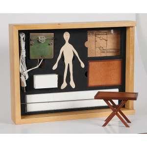 """CILDO MEIRELES - """"Camelô"""" - Caixa de madeira, dois tabuleiros de madeira, mil alfinetes, mil bonecos barbatanas, boneco de látex, motor e fotografia. Edição 821/1000 - 1998 –Ass. 30 x 39 x 7 cm."""