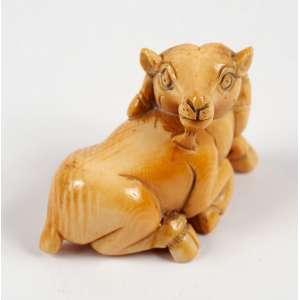 NETSUKE - Representando bode em marfim - medindo 4,5 x 3 cm. - Japão – Séc.XIX.
