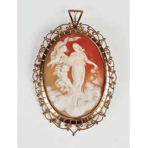Camafeu - Grande broche em ouro 18kl - representando ninfa com anjos medindo 9 cm comprimento– peso 36gr. - Itália – Séc. XIX.