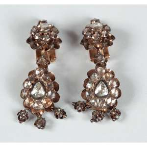 Par de brincos em ouro baixo e diamantes pesando 18g medindo 4,5 cm. de comprimento – Brasil – Séc. XVIII – peça de coleção.