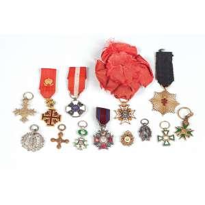 Coleção de 13 comendas em miniatura de materiais diversos – Europa – Séc. XIX/XX.