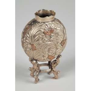 Cuia de chimarrão antiga em prata com detalhes em ouro medindo 12 cm. de altura, não apresenta marcas.