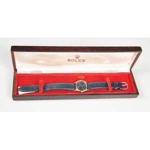 Rolex Celline GENEVE em ouro 18K feminino apresenta caixa original em jacarandá em pulseira com fecho original, funcionando em perfeito estado.
